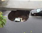 MALTEMPO – Catania. Si apre una voragine che inghiotte un'automobile, salva la conducente