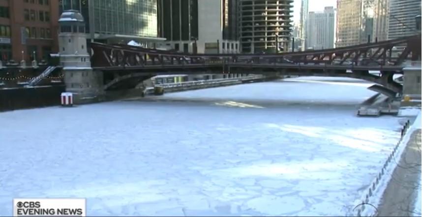 Lago gelato a causa del freddo intenso