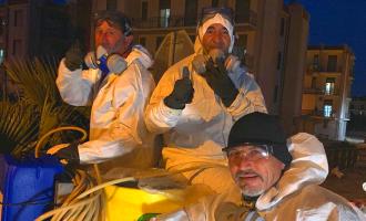 La 'marcia' degli uomini in bianco, nella città del pomodoro gli agricoltori tornano a sanificare